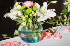 Blumendekoration-weiß-rosa-+-türkis-und-Efeu-M