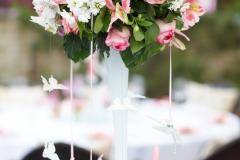 Blumengesteck-hoch-weiß-pink-+-weisse-Schmetterlinge-M