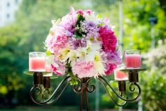 Blumengesteck-pink-auf-Kerzenleuchter-aussen-M