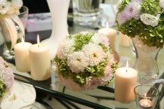 Blumenkugeln-weiß-grün-+-Kerzen-und-Vasen-weiß-M