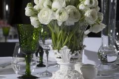 Blumenstrauß-Ranunkeln-weiß-in-vintage-Vase-+-Gläser-grün-M