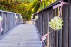 Brücke-geschmückt-mit-Blumenkugeln-weiß-M