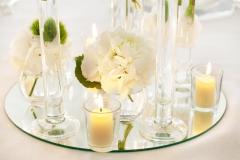Spiegel-mit-Gläsern-Kerzen-+-Blumen-weiß-M
