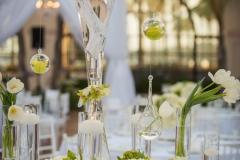 Tischdekoration-hohe-Vasen-mit-weißen-Ästen-M