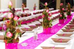 Tischdekoration-pink-braun-+-pinke-Rosengestecke-M
