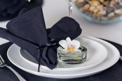 Tischdekoration-schwarz-weiß-Detail-schwarze-Serviette-weiße-Blüte-M