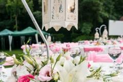 Tischdekoration-vintage-Vogelkäfig-weiß-+-Blumengestecke-rosa-weiß-M