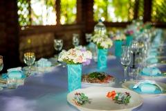Tischdekoration-weiß-türkis-+-bemalte-Teller-M