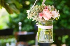 rosa-und-weisse-Blumen-im-Glas-hängend-+-weisses-Band-M