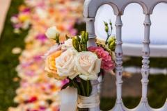 vintage-Stuhl-Zeremonie-mit-Blumenschmuck-und-Streublüten-M