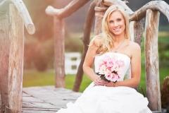 Braut-+-Brautstrauß-rosa-auf-Holzbrücke-sitzend-M