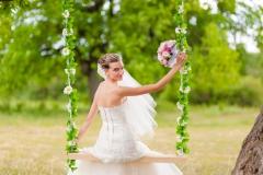 Braut-auf-blumengeschmückter-Schaukel-M-2