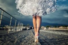 Braut-nur-Beine-balanciert-am-Strand-M