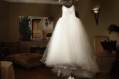Brautkleid-hängend-+-Brautschuhe-im-Brautzimmer-M