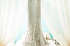 Brautkleid-hängend-im-Brautzimmer-M