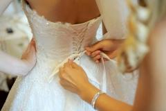 Brautkleid-wird-geschnürt-M