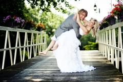Brautpaar-albernd-barfuß-auf-Holzbrücke-M
