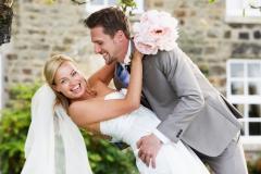Brautpaar-lachend-sie-leht-sich-zurück-M