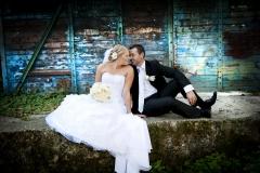 Brautpaar-vor-vintage-Wand-türkis-M