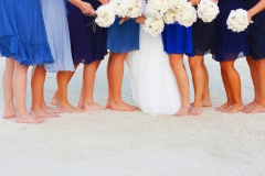 Bridesmaids-Kleider-Blautöne-+-Braut-in-der-Mitte-+-Sträuße-weiß-M